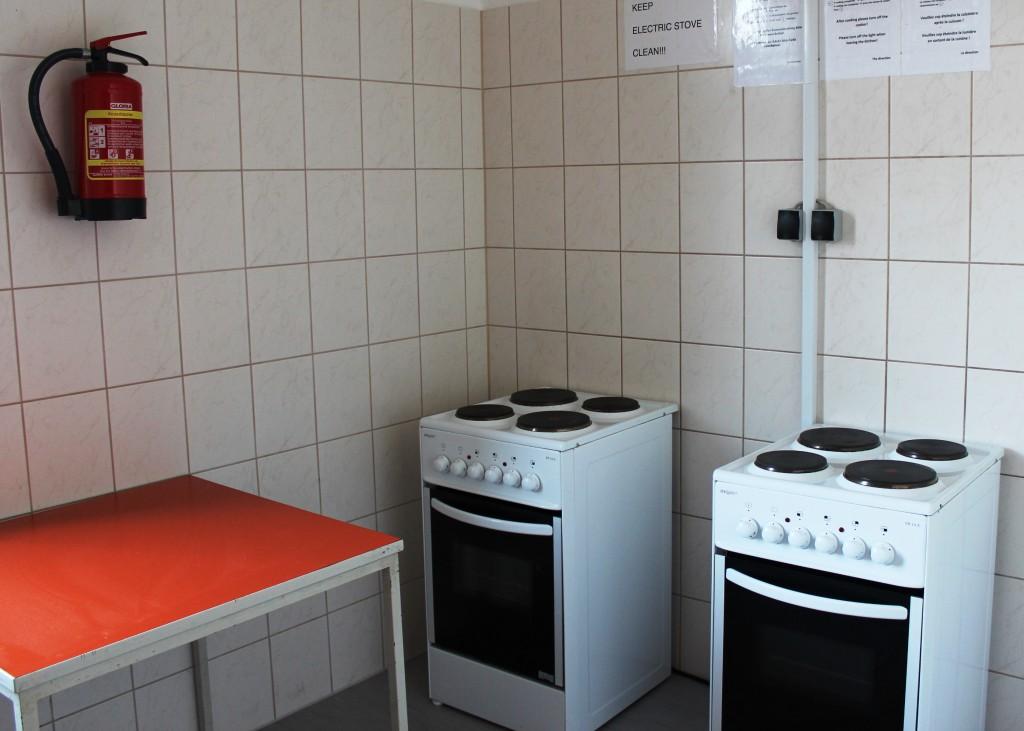 Küche mit 2 Elektroherden und Tisch